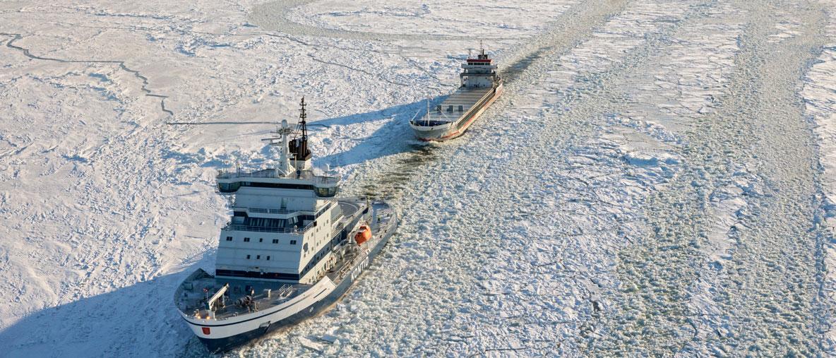 Millä todennäköisyydellä eri jääluokkiin kuuluvat alukset juuttuvat jäihin arktisilla merialueilla?